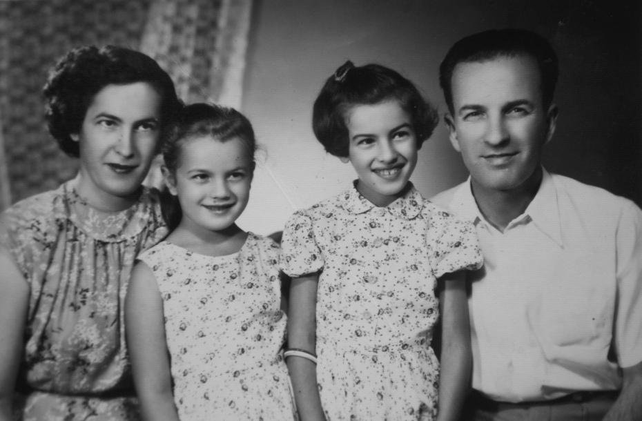 Tuzla 22. avgust 1957. Muhamed (Arifa) Kurt sa kćerkama i suprugom Marijom (1923-2015), rođenom Višinger iz Slavonske Požege.