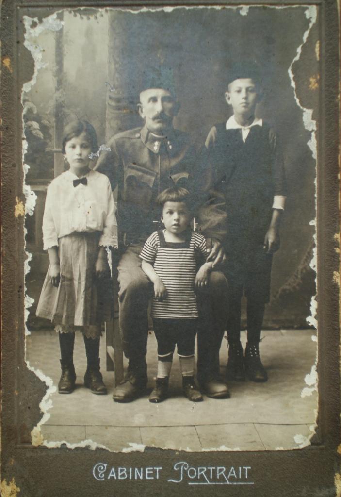 Arif Kurt sa djecom, mart 1917.