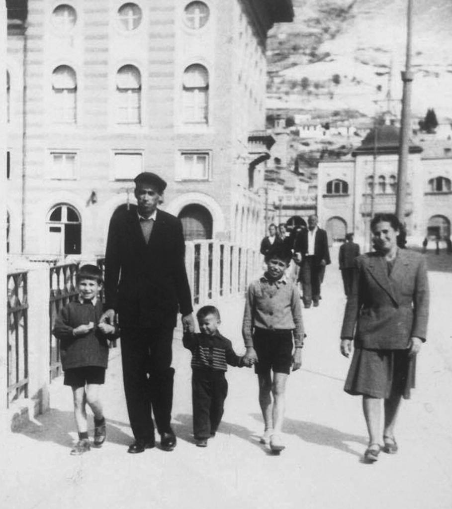 Salih (Huseina) Kurt (1915-1989) sa suprugom Eminom (1922-2001) sa svoja tri sina na Titovom mostu u Mostaru 1953. godine.