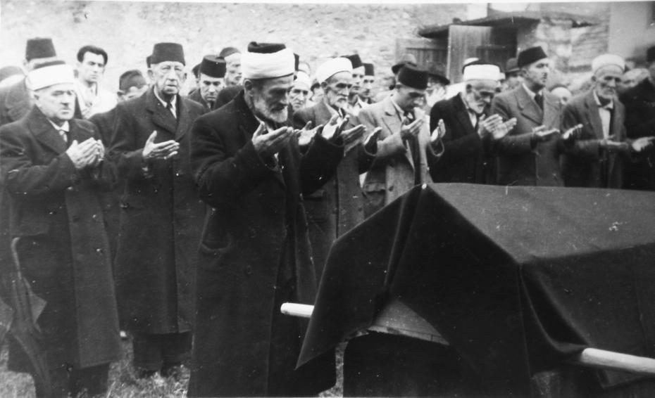 Klanjanje dženaze hadži Muhamedu Kurtu u Tera Jahje džamiji na vrhu Carine